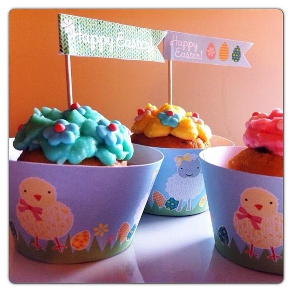 Muffin dolci di Pasqua con gocce di cioccolato e crema al formaggio