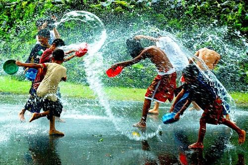 Giochi con l'acqua: cartoncini, spago, bicchieri di carta e acqua a volontà