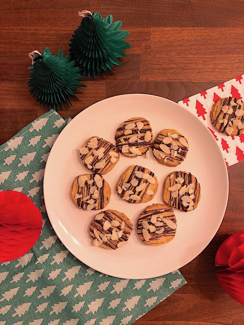 Idee Per Confezionare Biscotti Di Natale.Ricetta Di Natale Shortbread Con Cioccolato E Mandorle Pattini