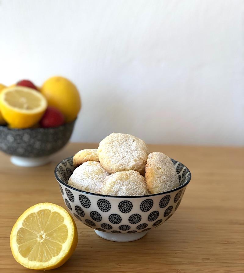 ciotola con biscotti al limone