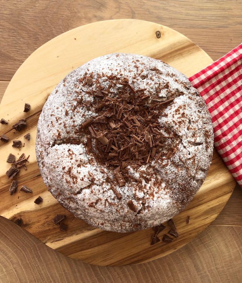torta con cioccolato e zucchero a velo