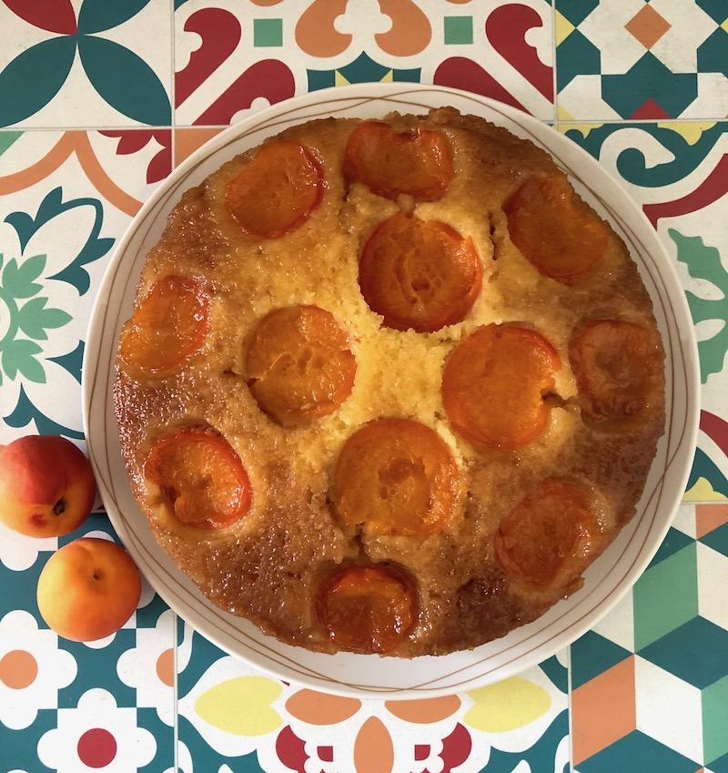 Torta rovesciata alle albicocche e caramello