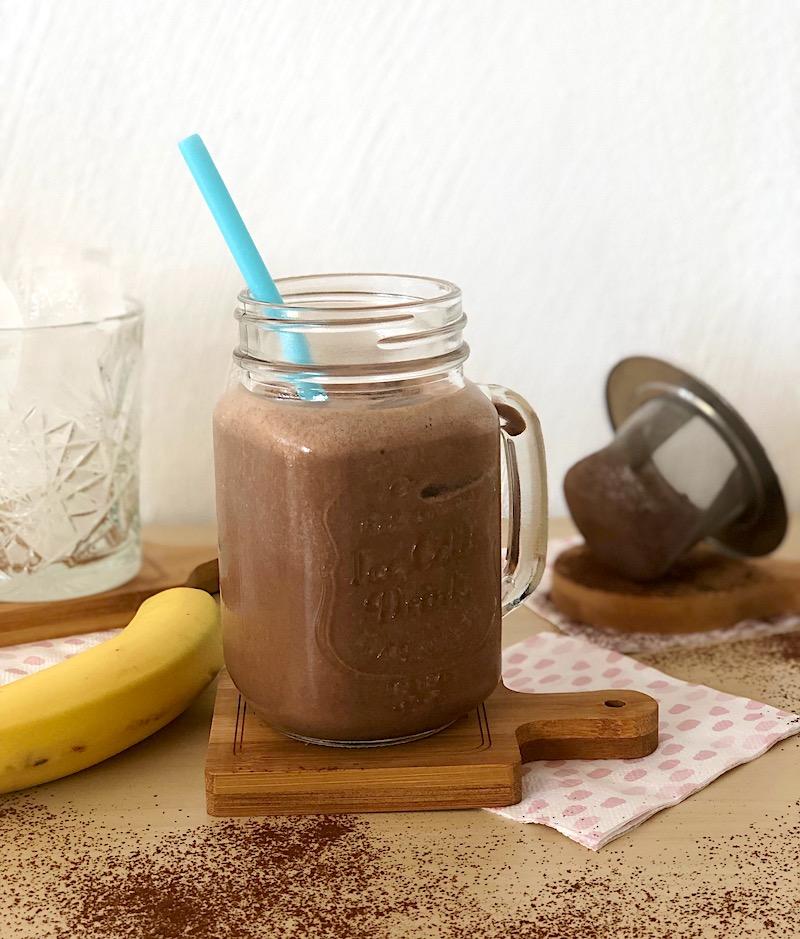 smoothie al cioccolato con banane e burro di arachidi