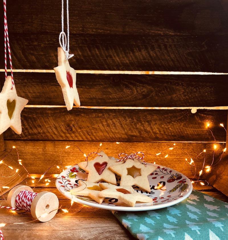 Biscotti di vetro: la ricetta perfetta da appendere all'albero di Natale