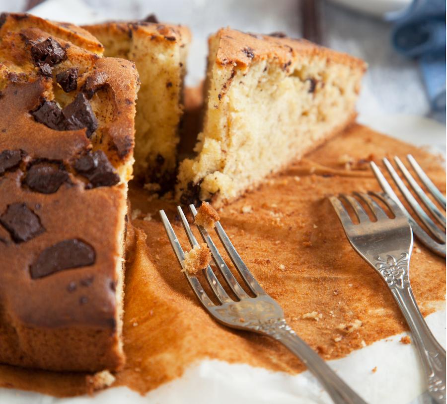 fetta di torta con gocce di cioccolato